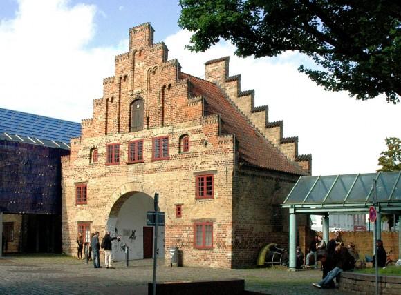 Wie läßt sich die Platzsituation und damit die Situation des stadthistorischen Denkmals Nordertor verbessern - trotz des dominanten Baukörpers des Phänomenta-Neubaus?
